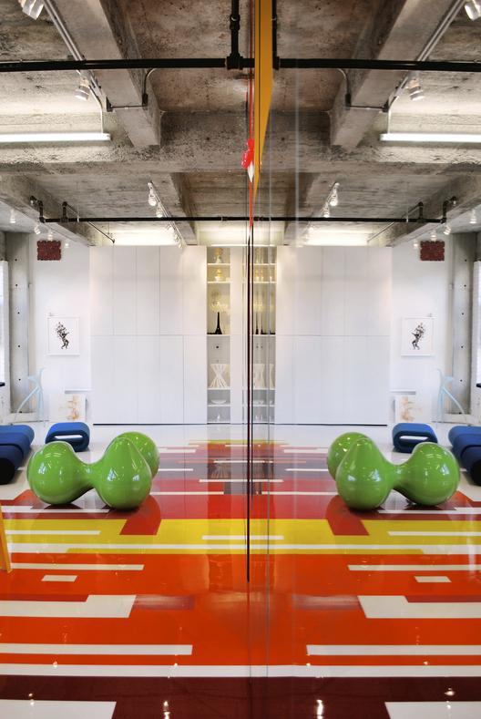 industrinis loftas, spalvotos grindys, žalias dekoratyvinis elementas, atspindys veidrodyje
