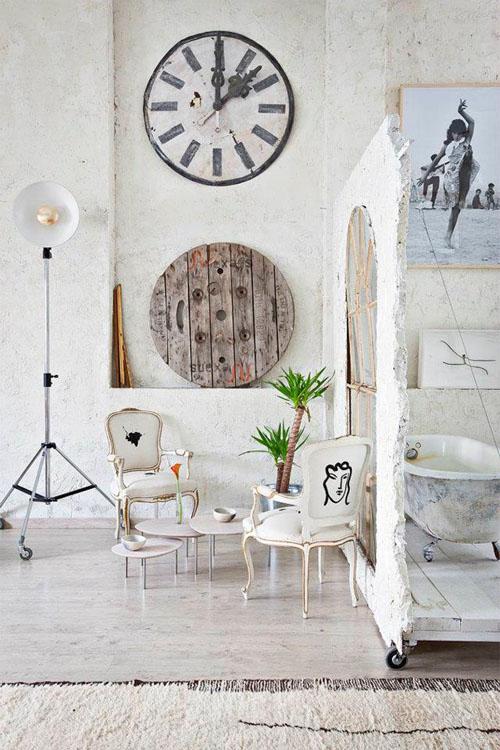 balta fotografijos studija namai, poilsio kampas, apvalus didelis laikrodis