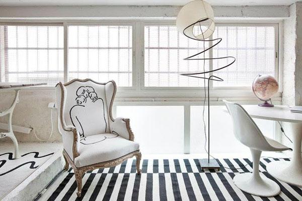 balta fotografijos studija namai, darbo kambarys, kėdė su moters siluetu
