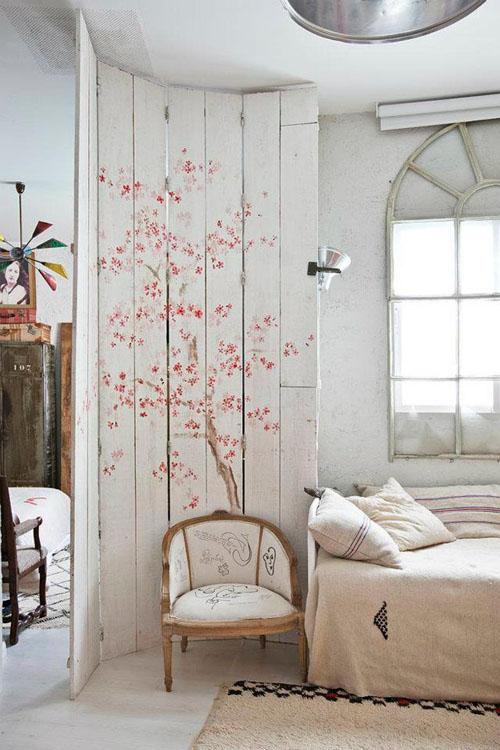 balta fotografijos studija namai, piešinys augalų motyvais ant lentų