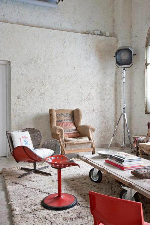 balta fotografijos studija namai, prožektorius, kėdės