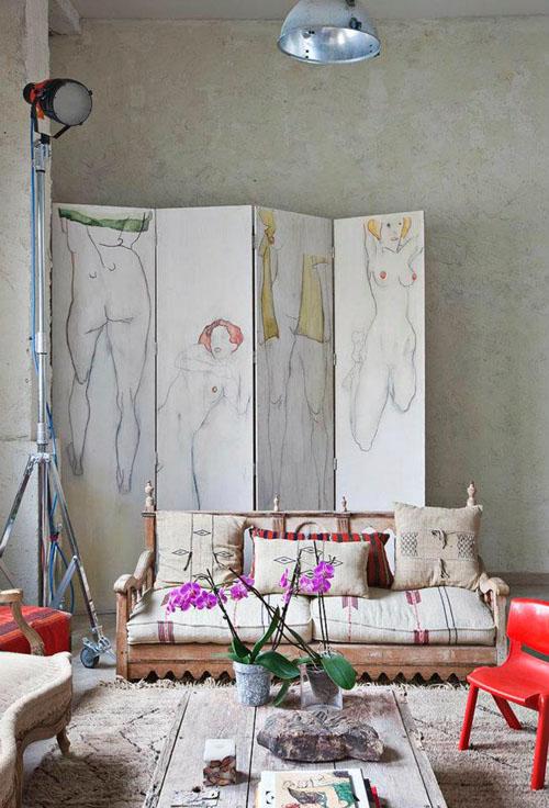 balta fotografijos studija namai, svetainė, pertvara su piešiniu