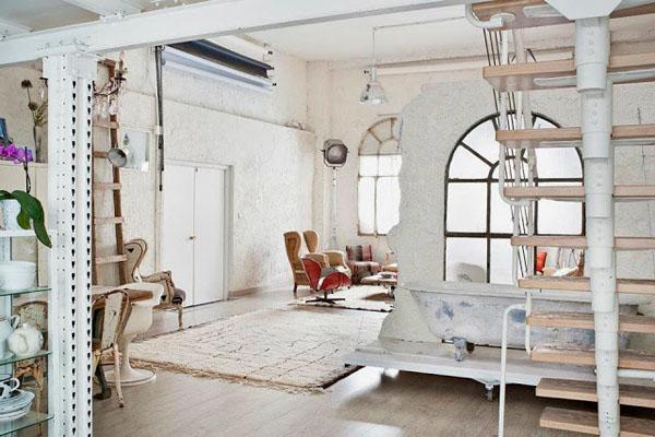 balta fotografijos studija namai, aptrupėjusi siena