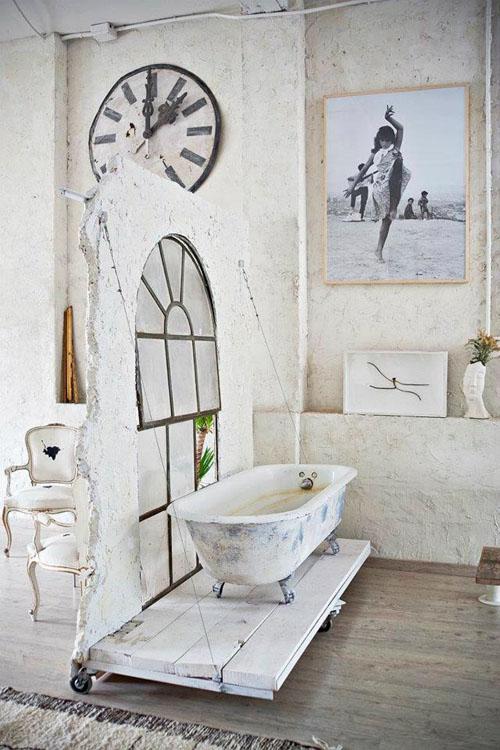 balta fotografijos studija namai, vonia ant pakylos ant ratukų