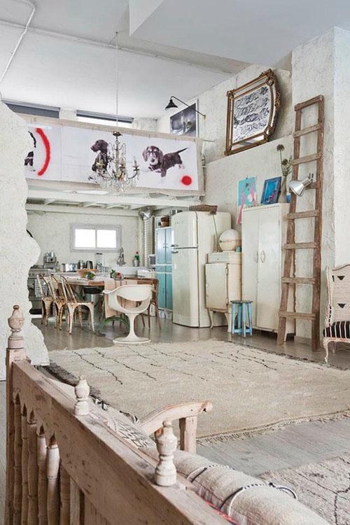 balta fotografijos studija namai, virtuvė, kopėčios, prožektorius