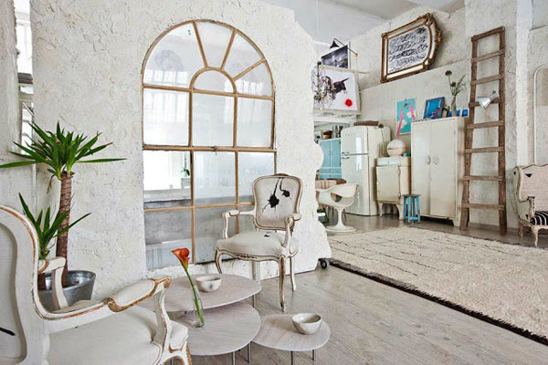 balta fotografijos studija namai, arkinis langas aptrupėjusioje sienoje
