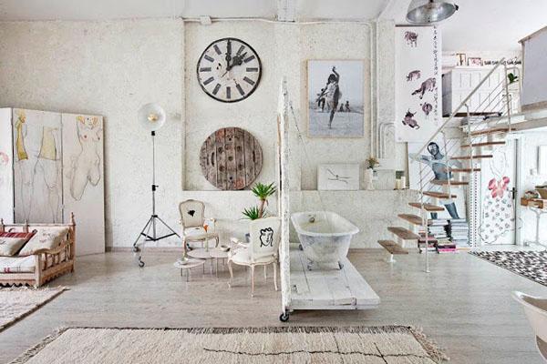 balta fotografijos studija namai, laiptai, vonia