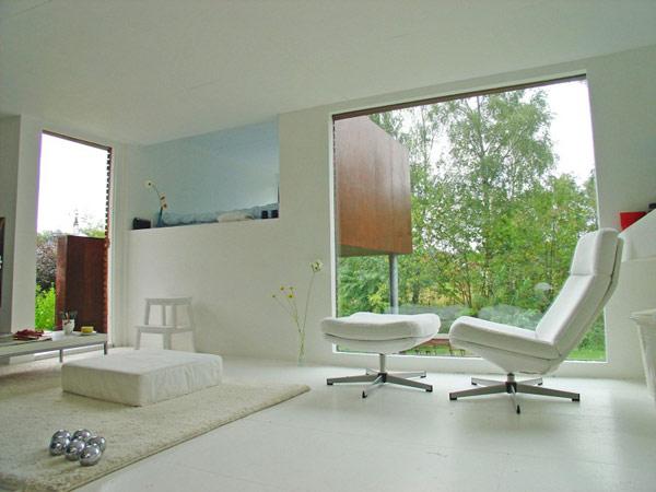 24 m2 namo interjeras, baltas fotelis, didelis langas