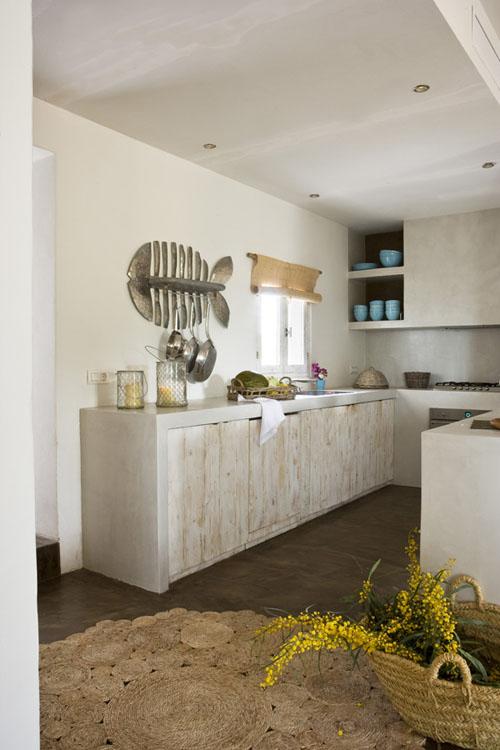 metalinė žuvis ant sienos virtuvėje