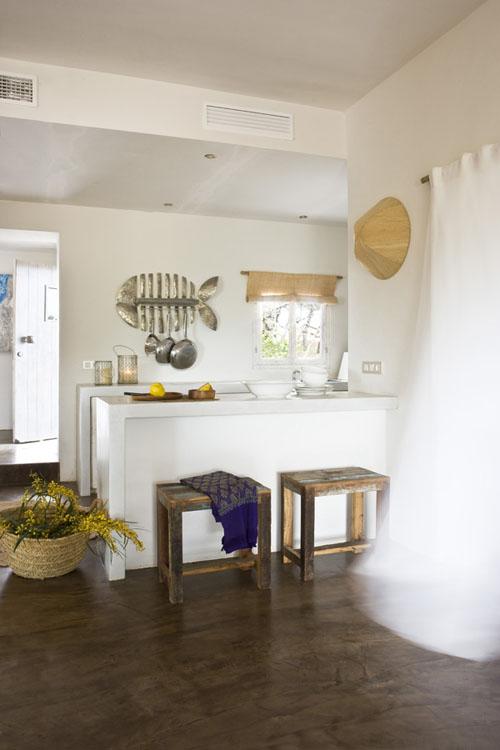 medinės taburetės prie balto baro virtuvėje