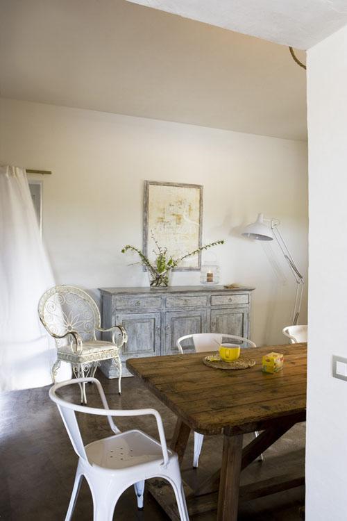 balta nuplauta spintelė, skirtingos baltos kėdės