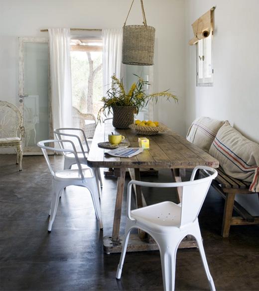 plastikinės kėdės, medinis stalas