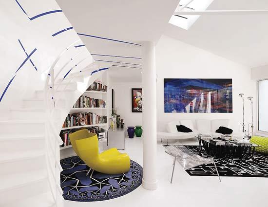lofto laiptai, geltonas fotelis