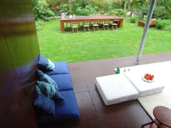 24 m2 namas, medinė lauko terasa, stalas