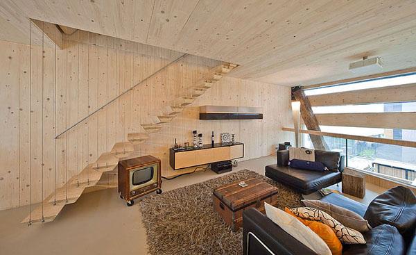 svetainė, laiptai kabantys ant trosu, pasyvus namas