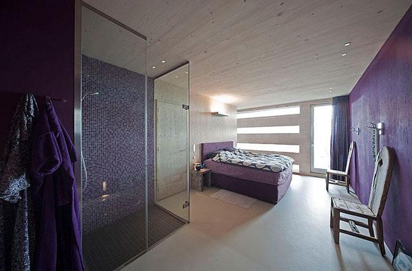 dušas, violetinė spalva, sviesus medis miegamajame