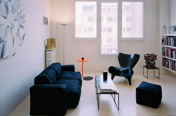 mėlyna sofa, fotelis, pufikas, langai svetainėje