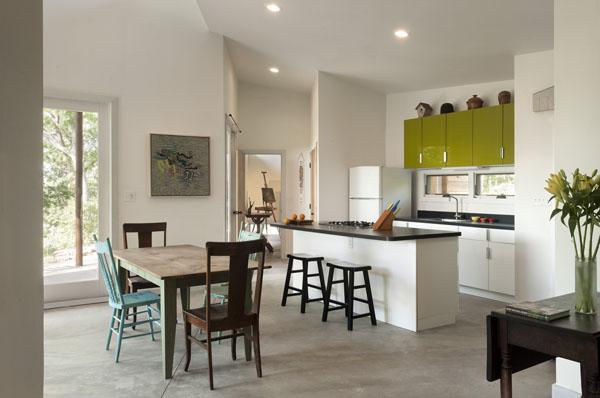 Ridgehouse, virtuvė, balta, žalsvos spintelės