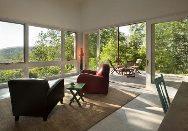 Ridgehouse, svetainė, langai dviejose sienose