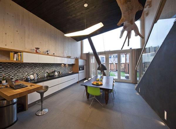medis su sakomis virtuves, valgomojo erdveje, pasyvus namas