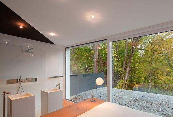 dušas, kriauklės miegamajame, langai per visa siena