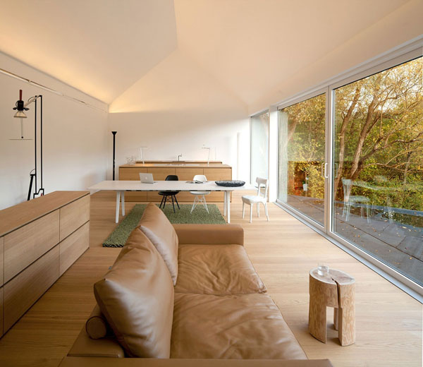 svetainės bendra erdvė, virtuvė, langai per visa siena