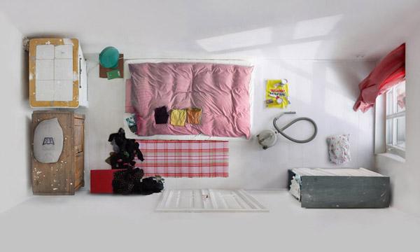 kambario interjeras is virsaus, rausva lova