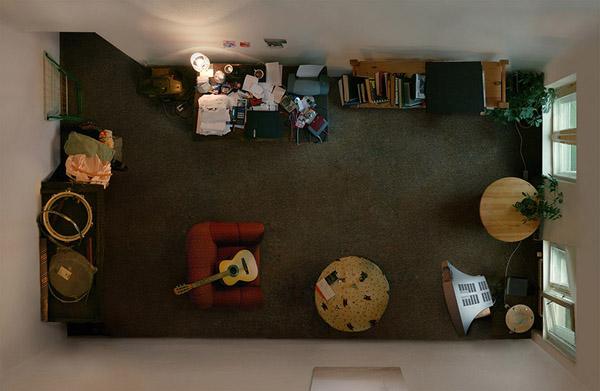 kambario interjeras is virsaus, rudas kilimas