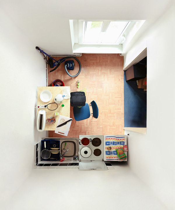 kambario interjeras is virsaus, rudas linoleumas ant grindų