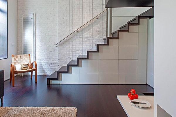 nedidelis butas per kelis aukštus, laiptai