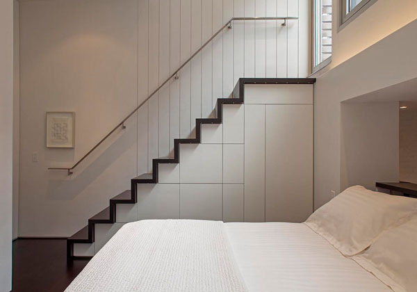 nedidelis butas per kelis aukštus, miegamasis, laiptai