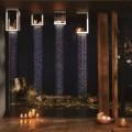 Žvakių šviesa virš dušo galvutės vonios kambaryje