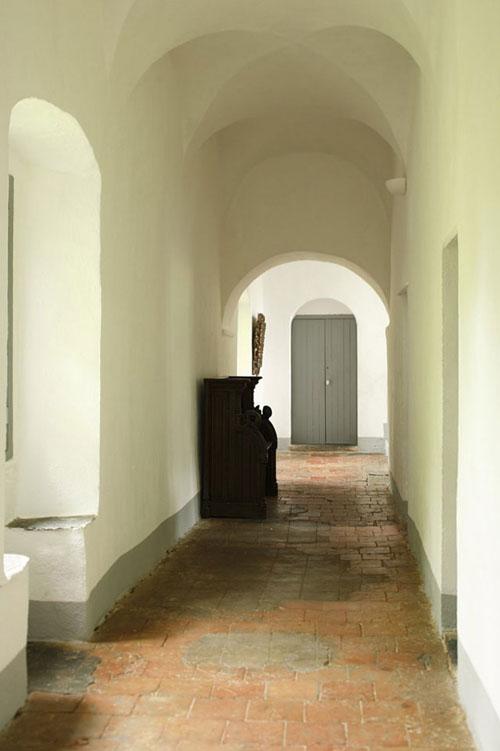 buvusio vienuolyno koridorius
