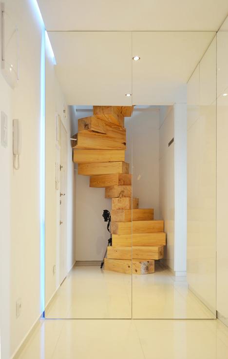 medzio brusu laiptai stiklo durys sviesa