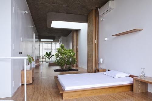 apsvietimas lubose miegamasis