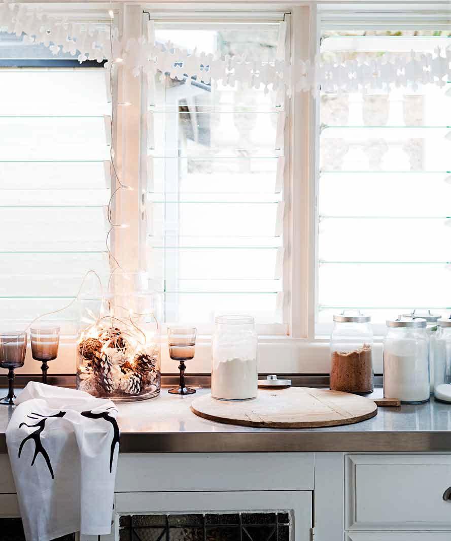 balti karpiniai prie lango