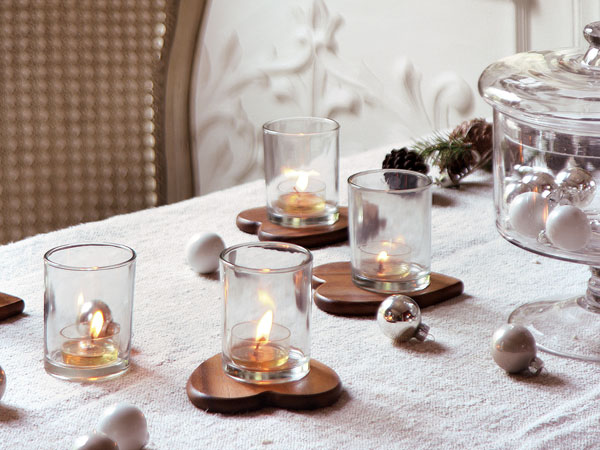 zvakutes stiklinese ant stalo