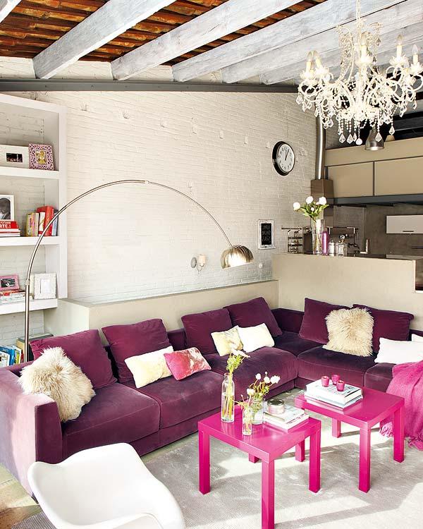 baltos plytos purpurine sofa svetaineje