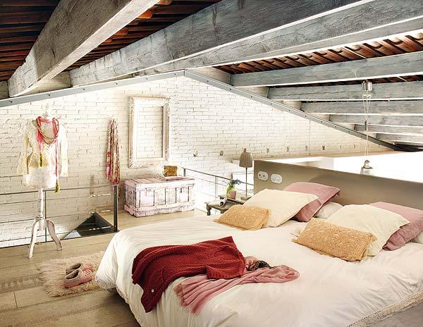 mansardoje miegamasis lova