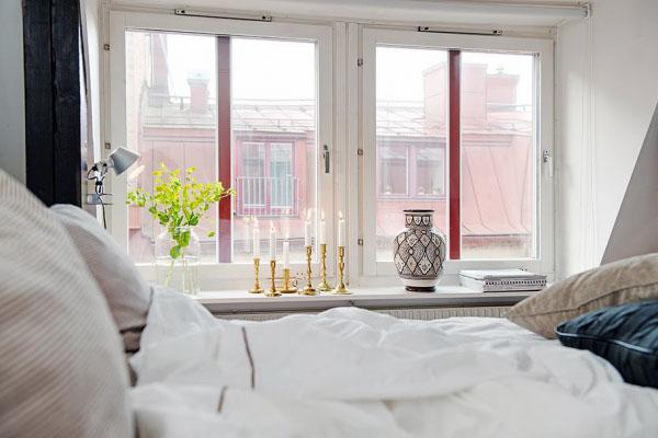 maza mansarda miegamasis vaizdas pro langa