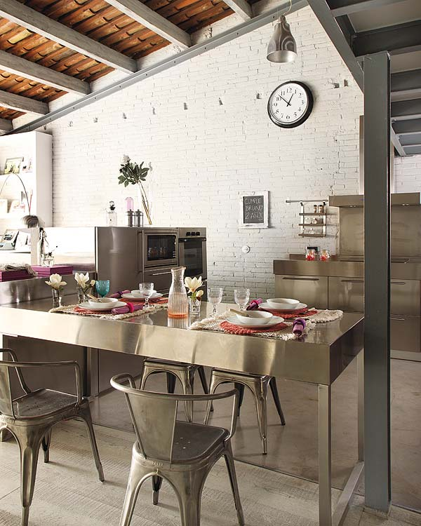 metalo baldai baltas muras virtuveje