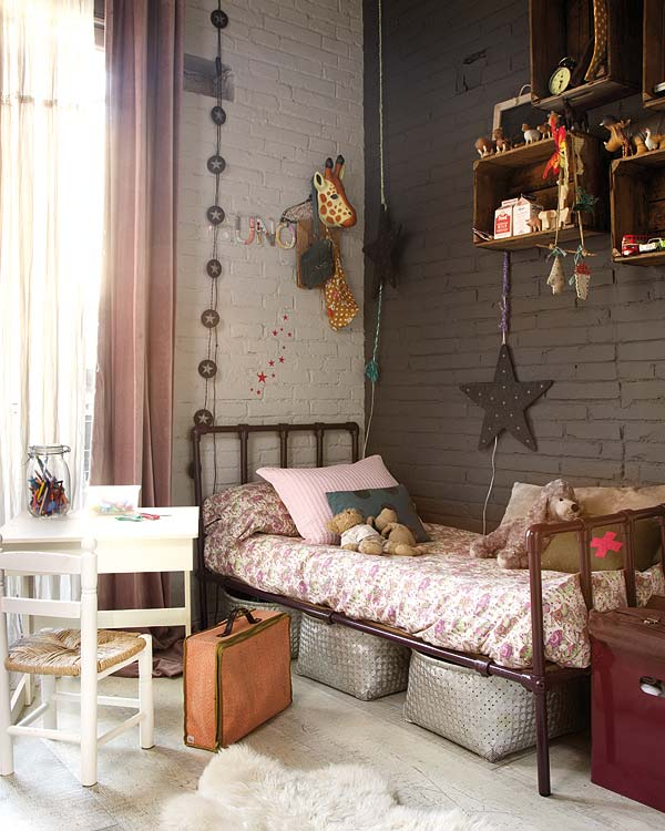 vaiku kambaryje metaline lova