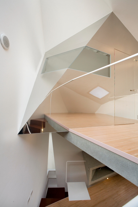 mazas namas tureklas laiptai tokijuje