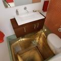 Stiklinės tualeto grindys virš lifto šachtos