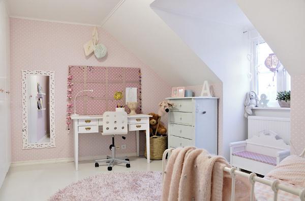 vaiko kambarys rausva sienute