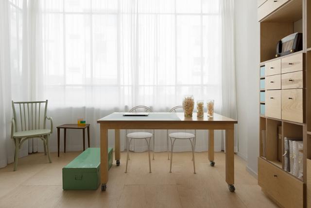 mazas butas, langas, stalas