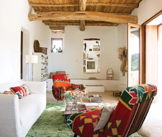 medinės lubos raudoni žali foteliai
