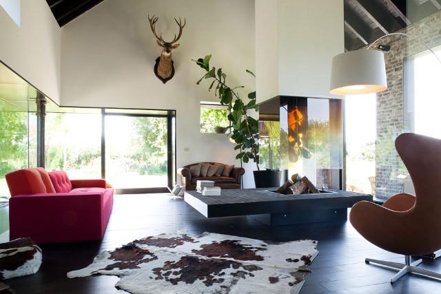 svetaine purpurine sofa didziulis zidinys
