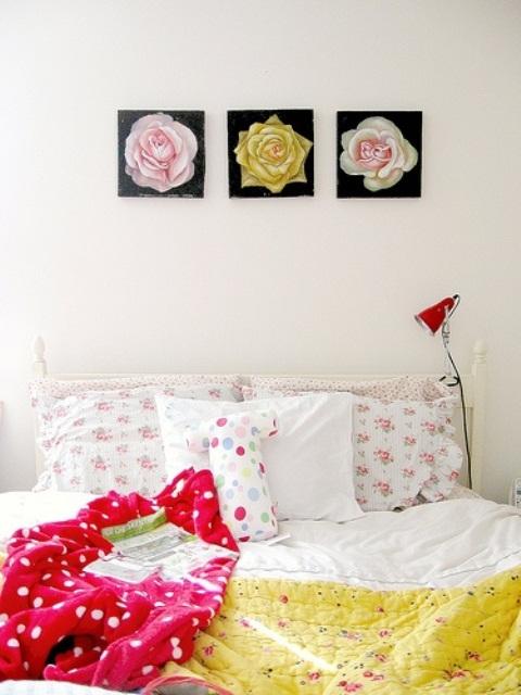 trys paveikslai geles lova miegamasis