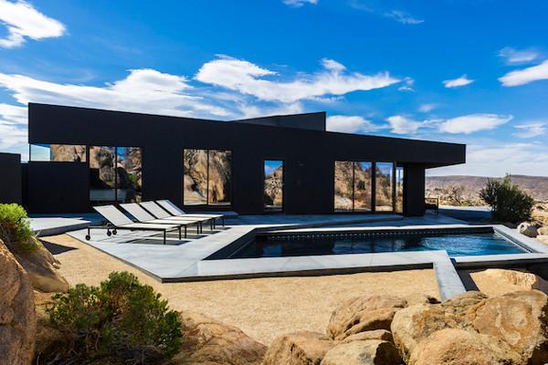 juodas namas fasadas, uolos, baseinas
